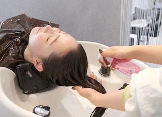 丁寧なカウンセリングで<br>数あるトリートメントの中から<br>ひとりひとりの髪と頭皮に最適なものを♪