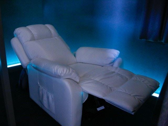 幻想的で非現実的な空間<br>体が包み込まれるような安心感<br>スッと眠りに落ちる施術台